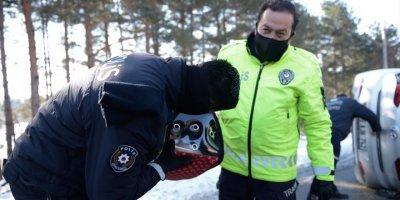Eskişehir'de Kaza Yapan Araçta Ürken Kediyi Polis Sakinleştirdi