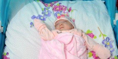 """Antalya'da Minik Bebek Yaşam Mücadelesiyle Ailesine """"Nefes"""" Oldu"""