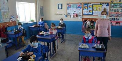 Karaman'da Köy Köy Dolaşan Cefakar Öğretmen