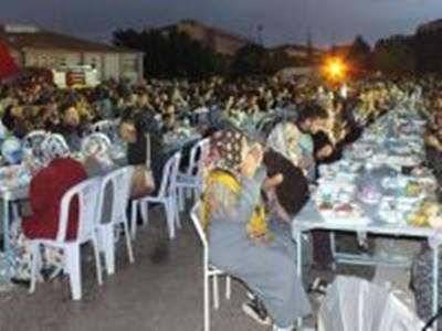 Ayrancı'da Yağmura Aldırmayan 2 Bin Kişi Aynı Anda İftar Açtı