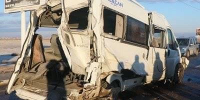 Aksaray'da Servis Otobüsü ve Minibüsü Feci Şekilde Çarpıştı