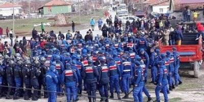 Aksaray'da Kamyonlara Tepki Gösteren Köylüler Yolu Trafiğe Kapattı