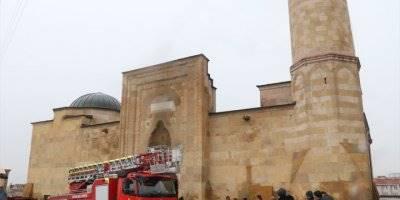 Niğde'de Tarihi Camide Yangın