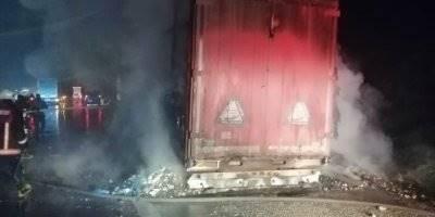 Karaman Plakalı Bisküvi Yüklü Tırın Dorsesi Mersin'de Yandı