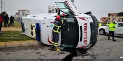 Aksaray'da Hasta Taşıyan Ambulansla Otomobil Çarpıştı