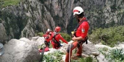 Mersin'de Kayalıklarda Mahsur Kalan 3 Keçi, 6 Saatlik Operasyonla Kurtarıldı