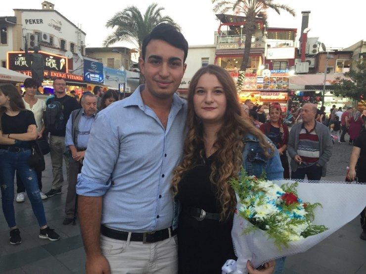 Antalya'da Sürpriz Evlenme Teklifine İzleyici İzdihamı