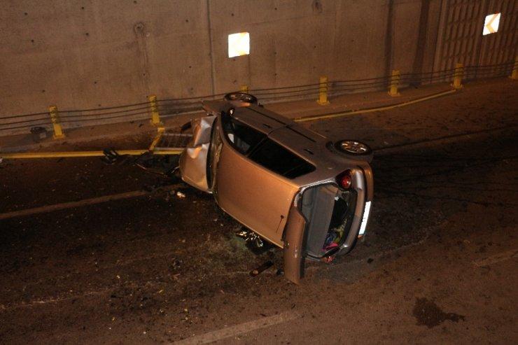 Otomobil Alt Geçide Düştü: 3 Yaralı