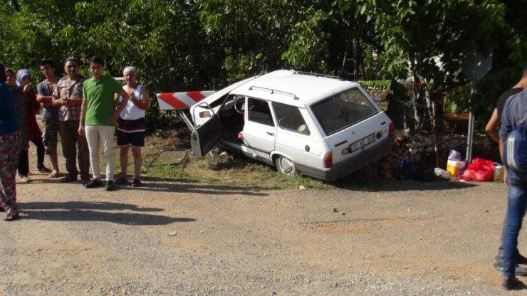 Kontrolden Çıkan Otomobil Yön Levhasına Çarptı