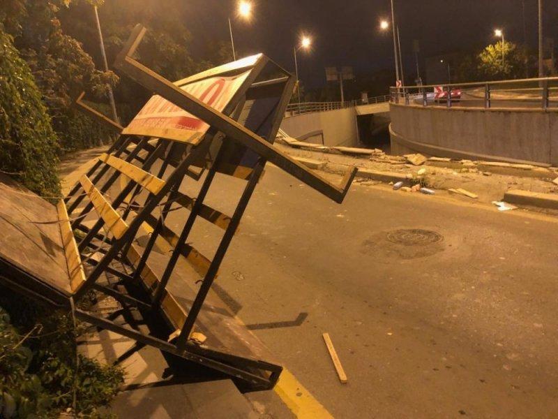 Başkent'te Virajı Alamayan Kamyonet Bariyerlerden Uçtu: 2 Yaralı