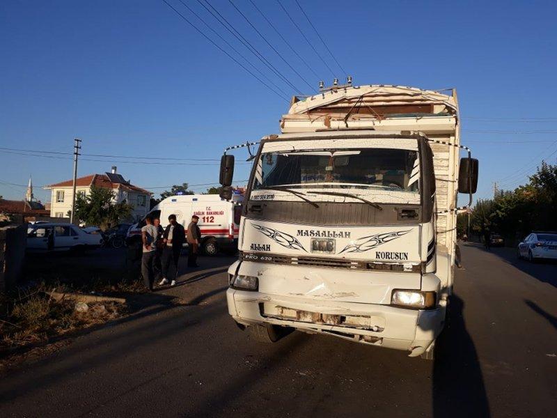 Karaman'da Kamyon İle Otomobil Çarpıştı: 2 Yaralı
