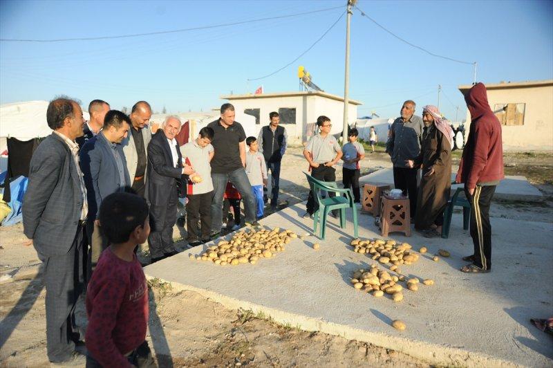 Öğrencilerden Tarım İşçilerine Giysi Yardımı