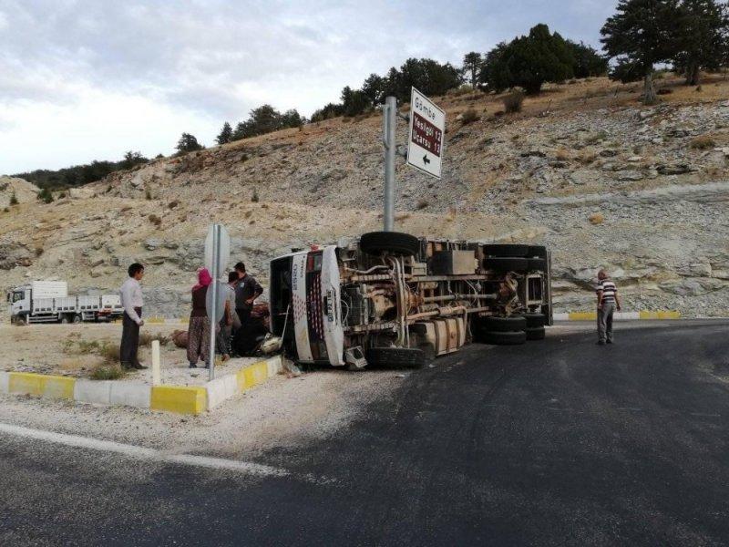 Kaş'ta Kereste Yüklü Kamyon Devrildi