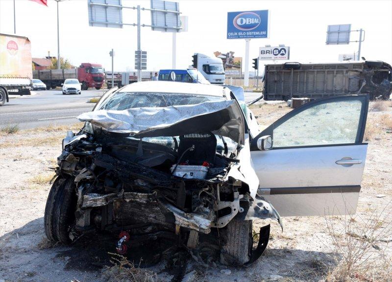 Aksaray'da Soba Yüklü Minibüs İle Otomobil Çarpıştı: 6 Yaralı