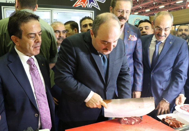 Sanayi ve Teknoloji Bakanı Mustafa Varank, Fuarda Pastırma Kesti