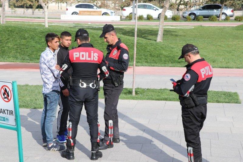 Aksaray'da Öğrenciler Derste, Polis Devriyede