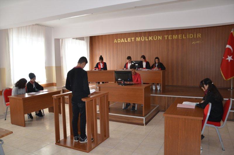 ogrenciler adaleti mahkeme salonunda