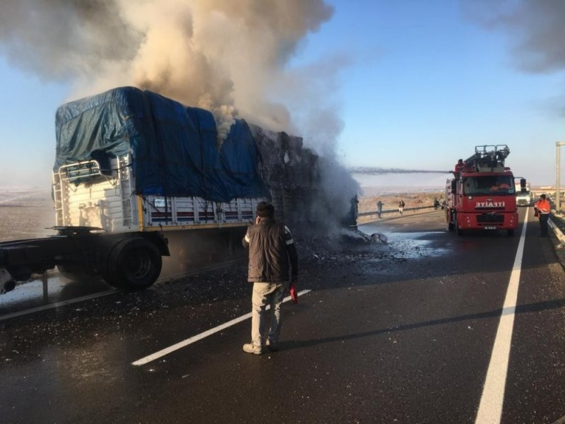 Ankara'da Kağıt Yüklü Tır Yandı