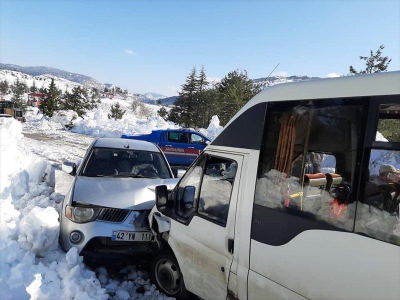 Mersin'de Öğretmenleri Taşıyan Minibüsle Kamyonet Çarpıştı: 8 Yaralı