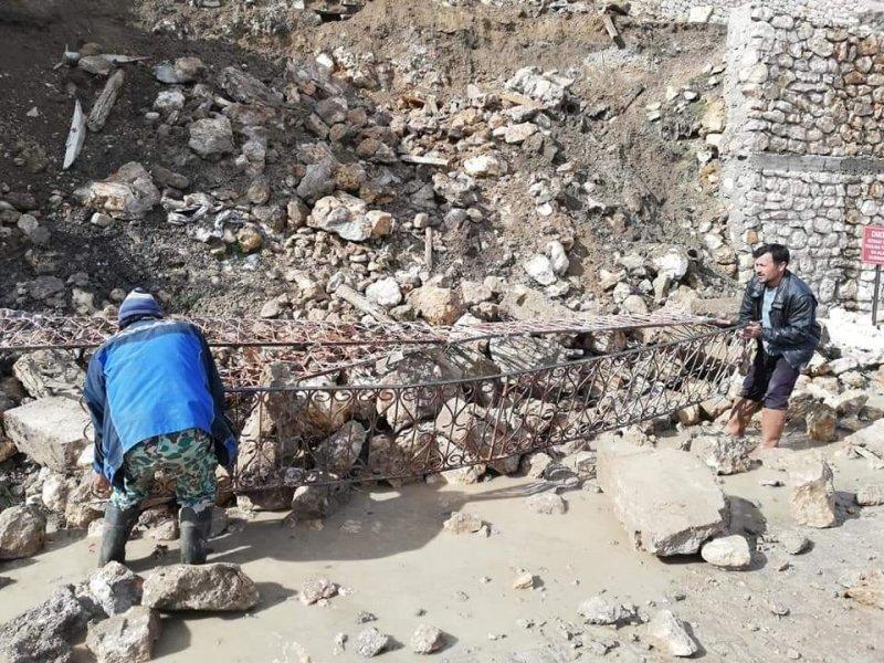 Taşkale'de Cami Önündeki Duvar Çöktü