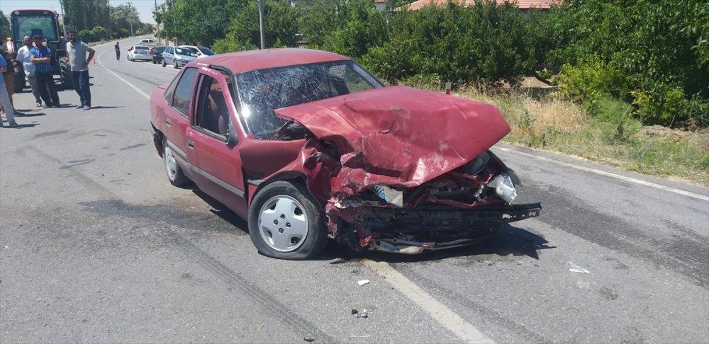 Aksaray'da İki Otomobil Çarpıştı: 3 Yaralı