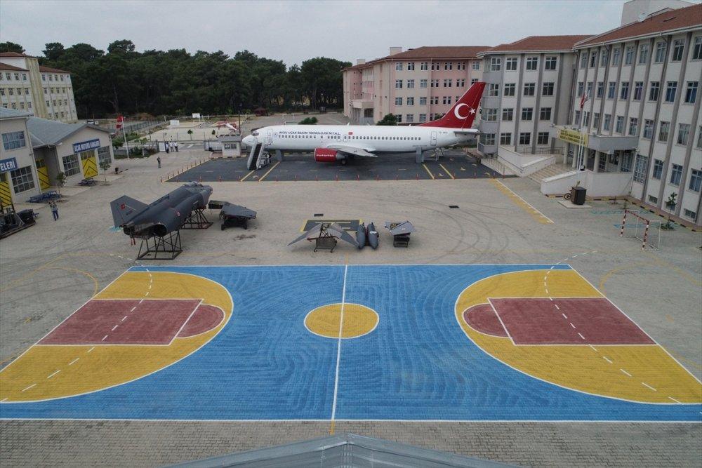 Antalya'da Savaş Uçağı Okul Bahçesinde Sergileniyor