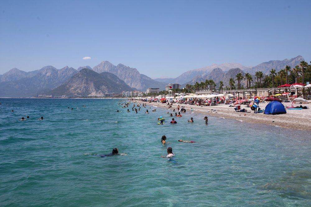 Antalya'da Sıcak Havada Bunalanlar Sahillerde Serinlemeye Çalıştı