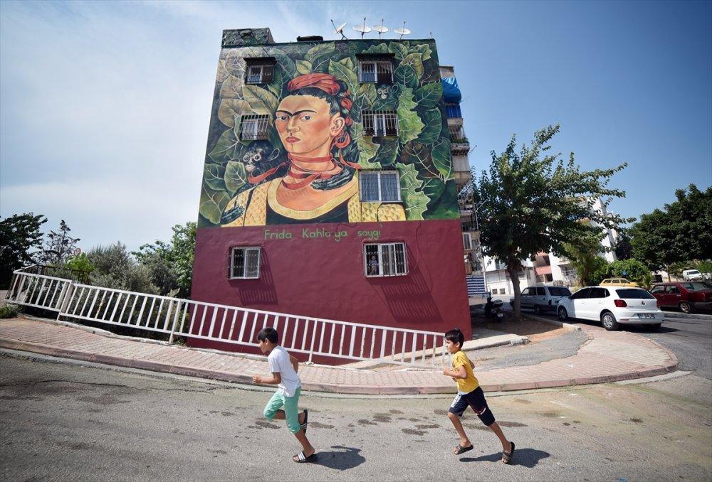 Mersin'de Resimli Bina Dikkat Çekiyor