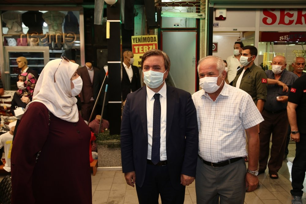 Aksaray'da Validen Vatandaşa Maske