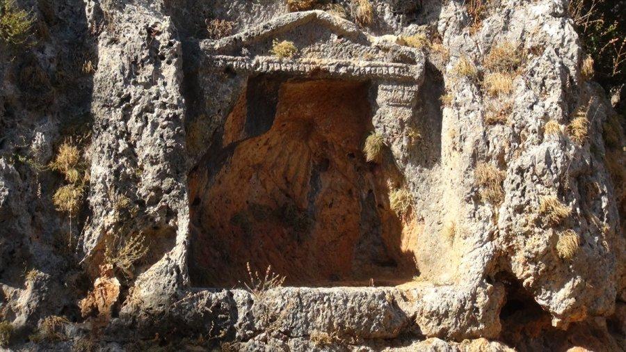 Uzuncaburç Antik Kenti'nde Kazı Çalışmalarında 32 Mezar Ortaya Çıkarıldı