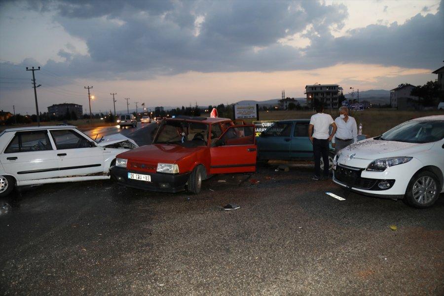 Ankara'da 4 Otomobilin Karıştığı Kazada 3 Kişi Yaralandı