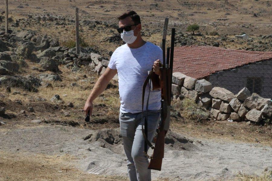 Hazine Arazisindeki Evin Yıkımını Engellemek İçin Silahla Çatıya Çıkan Aileyi Polis İkna Etti