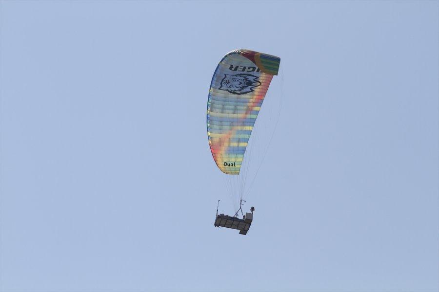 Yamaç Paraşütüne Bağlanan Yatağa Gökyüzünde Uzandı
