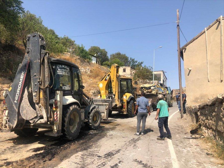 Kayseri'de Devrilen İş Makinesinin Sürücüsü Yaralandı