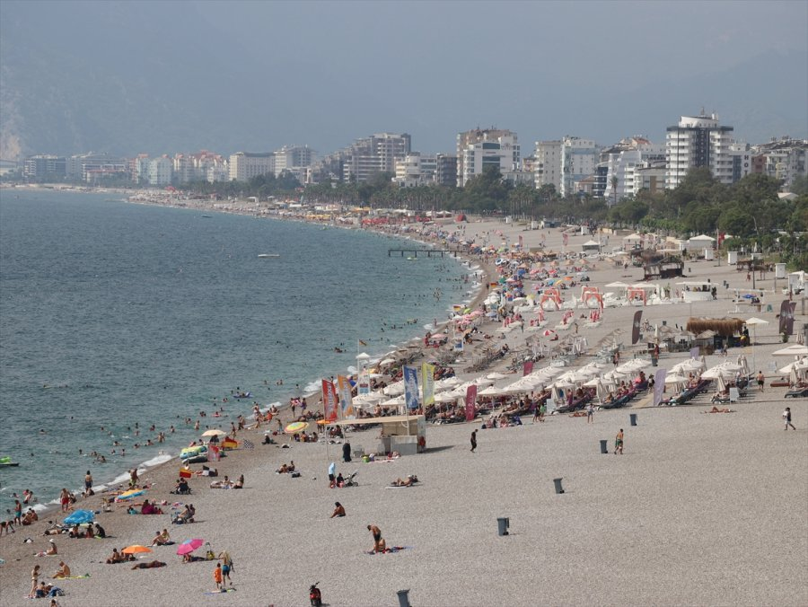 Antalya'da Nemden Bunalanlar Denizde Serinledi