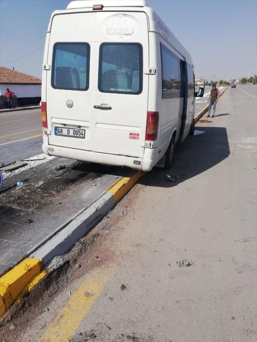 Aksaray'da Minibüs İle Otomobil Çarpıştı