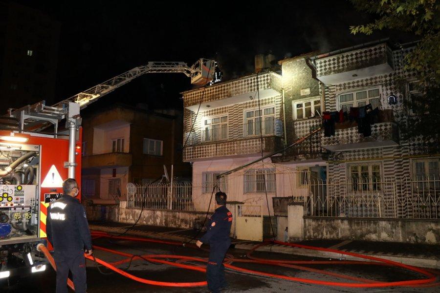 Kayseri'de Bir Apartmanın Çatı Katında Çıkan Yangın Söndürüldü