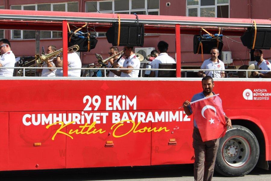 Mobil Etkinlik Otobüsü Konserlerine Devam Ediyor