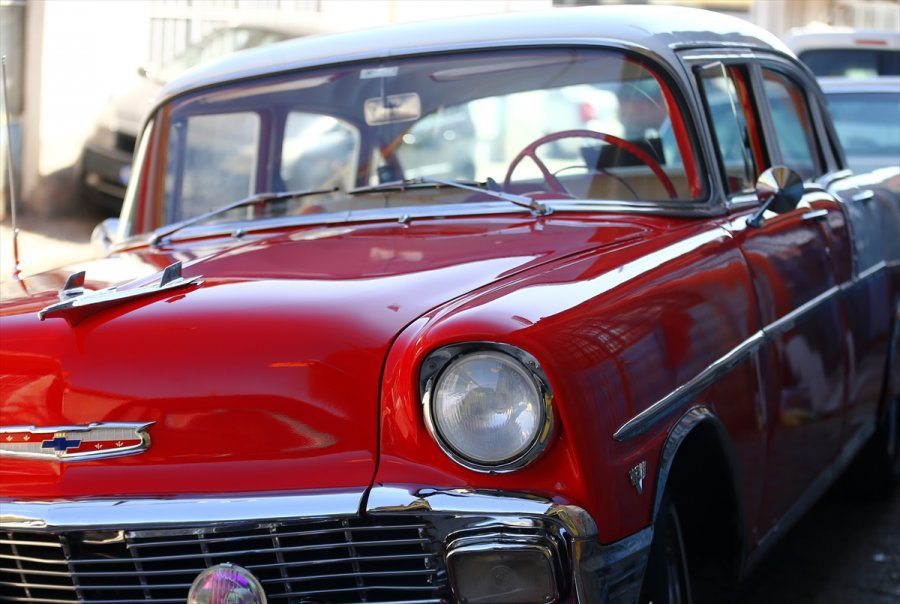 Tutkunu Olduğu Klasik Otomobilleri Hurdadan Alıp Eski İhtişamına Kavuşturuyor