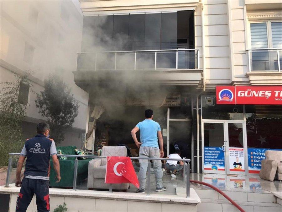 Aksaray'da Mobilya Mağazasında Yangın Çıktı: 1 Yaralı