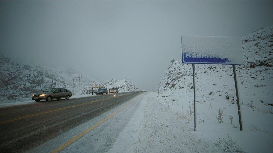 Antalya'nın Akseki İlçesi Karla Beyaza Büründü