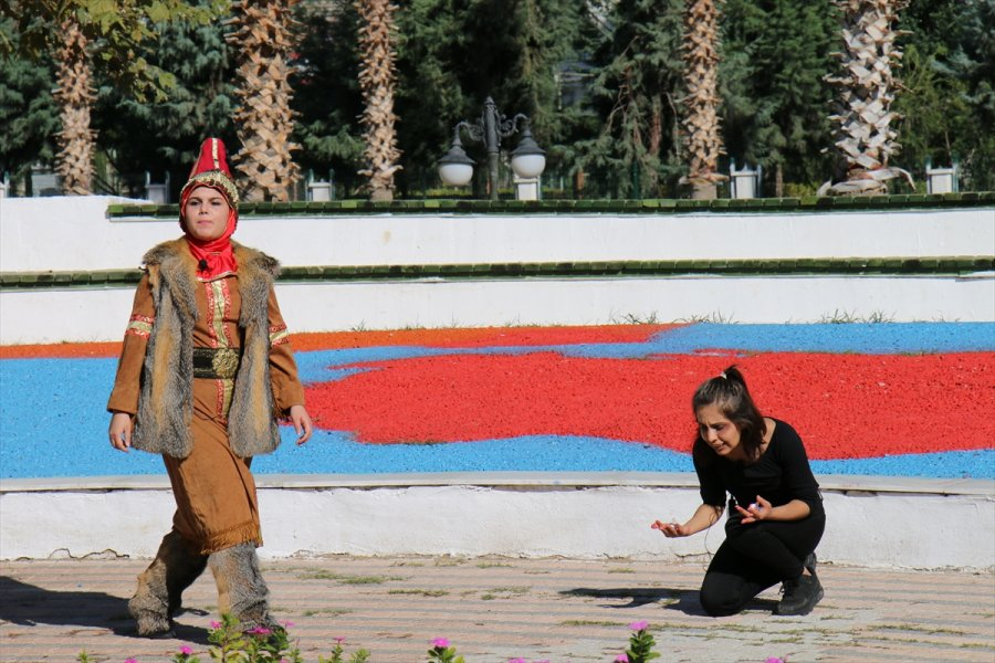 Erdemli'de Sokak Tiyatrosuyla Kadına Şiddete Dikkat Çektiler