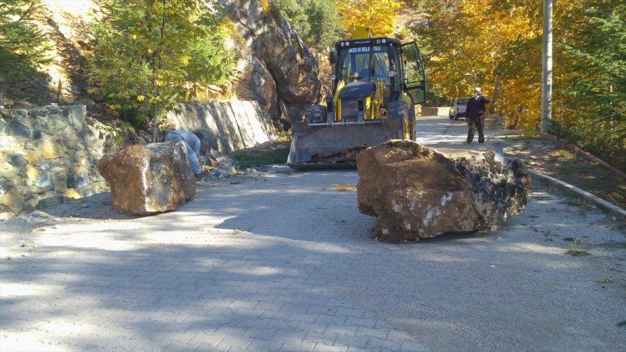 Antalya'da Heyelandan Kapanan Yol Ulaşıma Açıldı