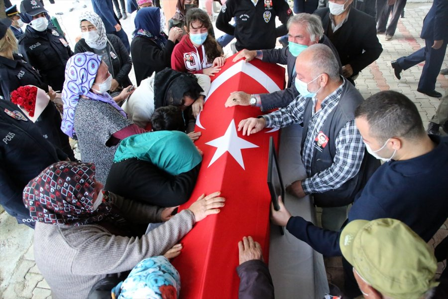 Mersin'de Midibüsün Devrilmesi Sonucu Şehit Olan Polis Son Yolculuğuna Uğurlandı
