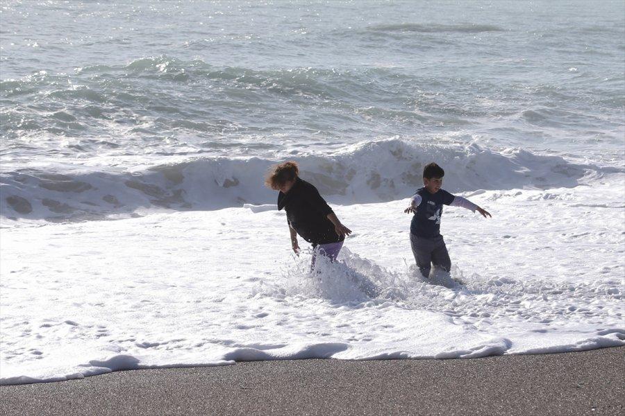 Antalya'da Sağanağın Ardından Vatandaşlar Sahile İndi