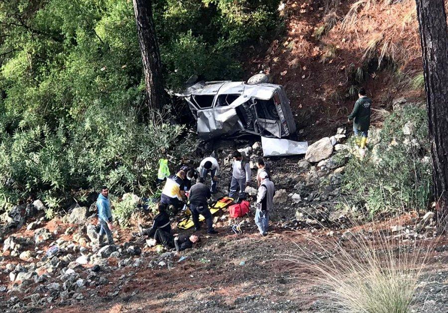 Antalya'da Otomobil Şarampole Devrildi: 3 Yaralı