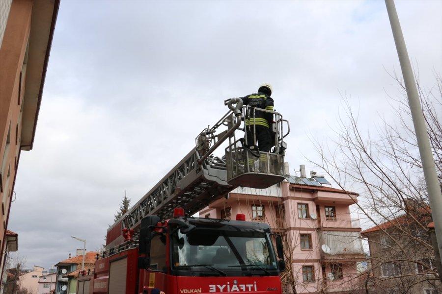 Beyşehir'de Çatıda Mahsur Kalan Kedi Kurtarıldı