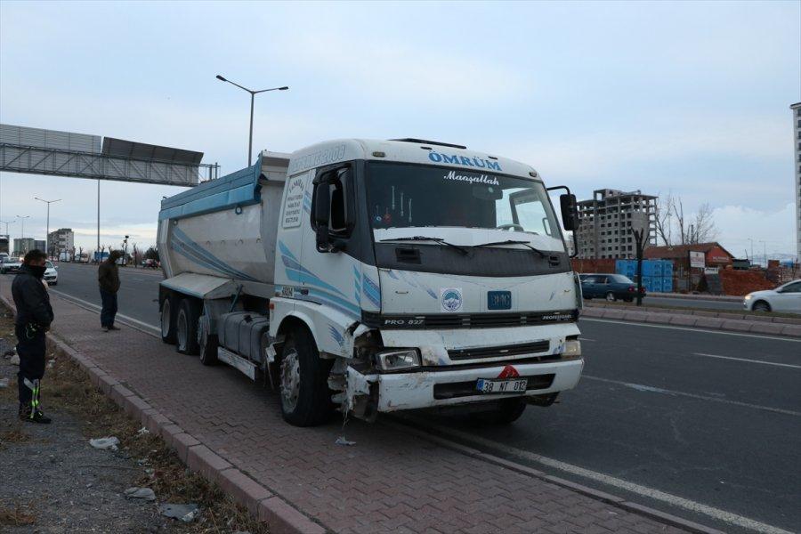 Kayseri'de Otomobile Çarpan Hafriyat Kamyonunun Sürücüsü Kaçtı