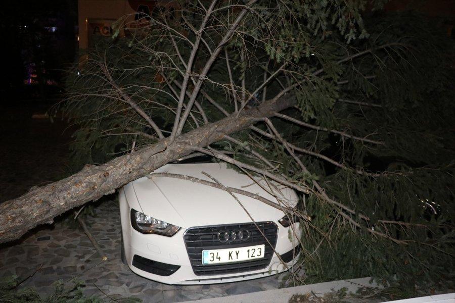 Kayseri'de Fırtına Nedeniyle 7 Katlı Binanın Yangın Merdiveni Devrildi