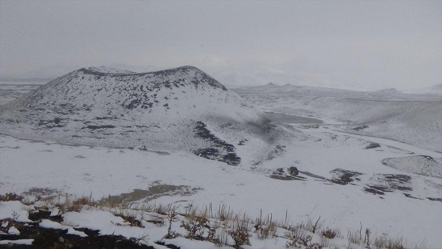Kar Yağışıyla Güzelleşen Meke Gölü Ziyaretçilerini Ağırlıyor